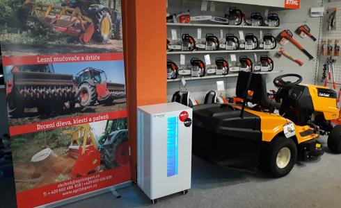 Sterilizátor vzduchu v prodejně zahradní a lesnické techniky v Plzni
